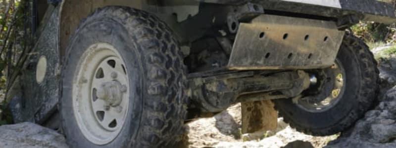 Solide 4x4 dæk på bil i stenet terræn