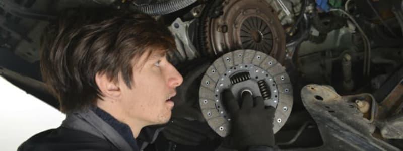 Mekaniker laver koblingsskifte på bil