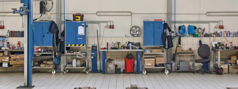 Værksted med forskellig opbevaring af værktøj