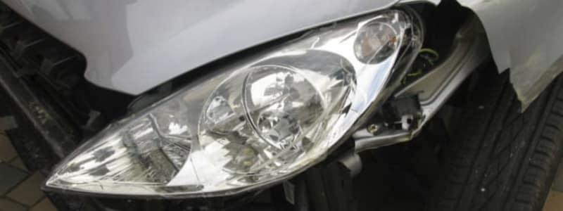 Nærbillede af en forlygte på bilen