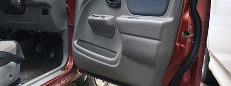 Åben bildør med synlige tætningslister