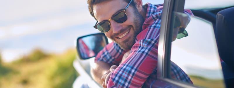 Homme dans sa voiture partant en vacances