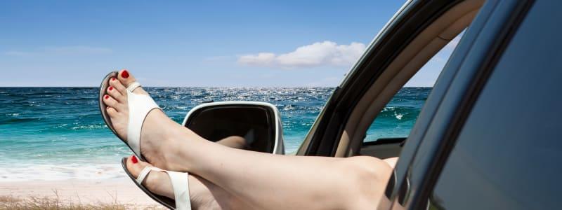 Femme dans sa voiture près de la mer