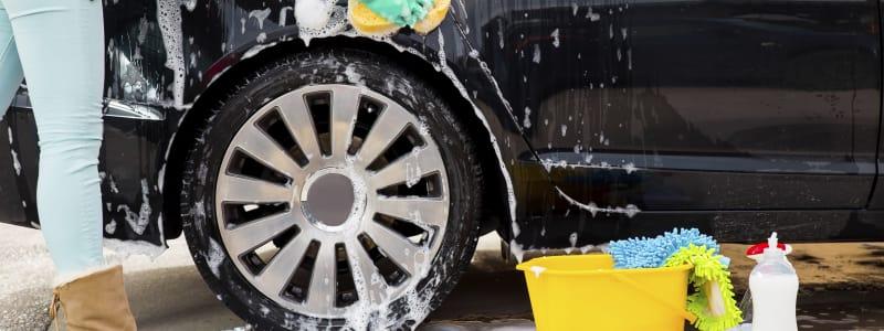 Produits de nettoyage près d'une voiture