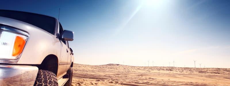 Voiture dans le désert sous le soleil