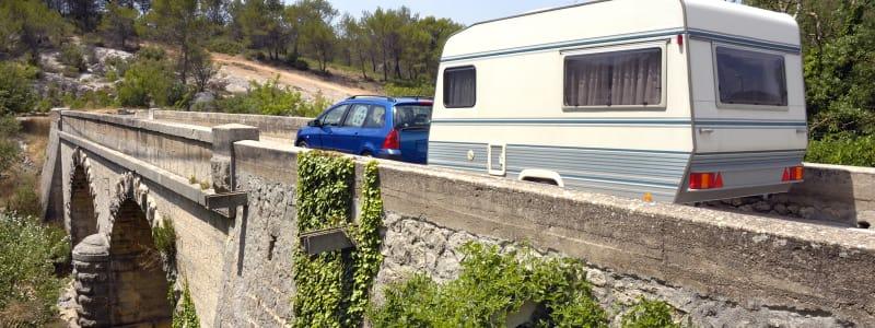 Caravane sur un pont