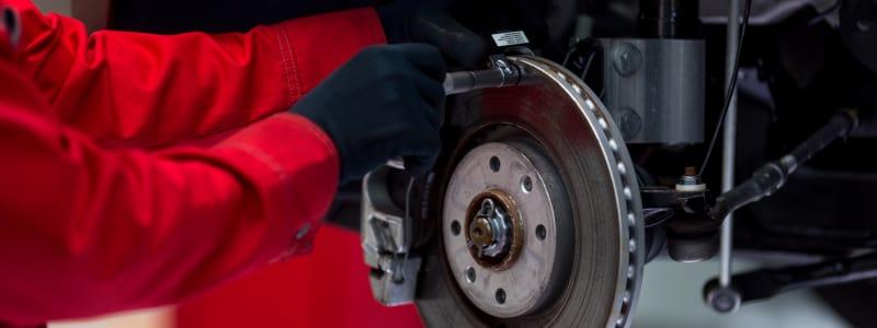 Mécanicien remplaçant les freins d'une voiture