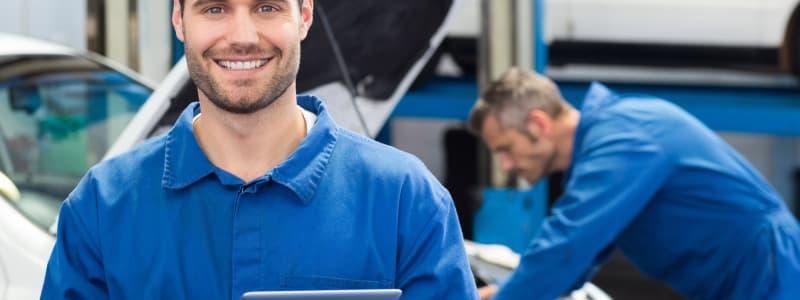 Garagistes en bleu de travail