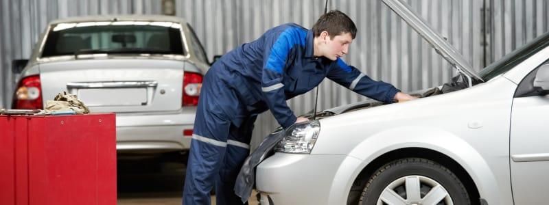 Mécanicien effectuant la révision d'une voiture