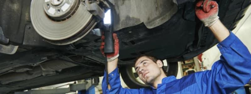 Mécanicien effectuant une purge de frein