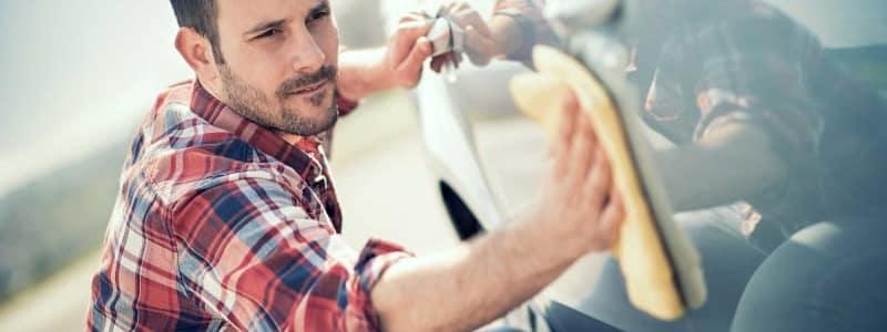 En polissant la carrosserie de votre voiture