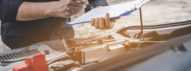 Mécanicien en plein diagnostic d'une voiture