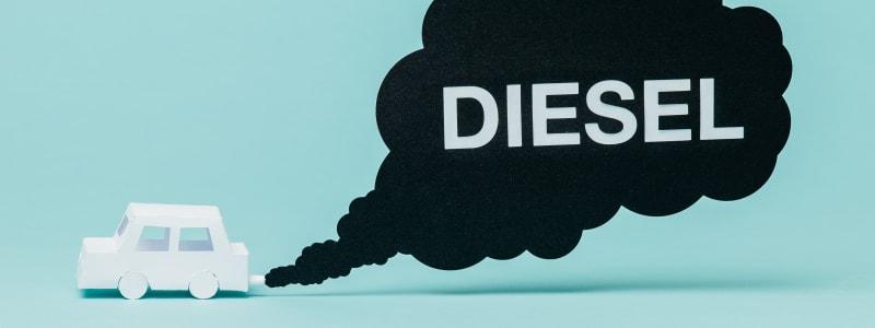 Voiture en papier rejetant du diesel