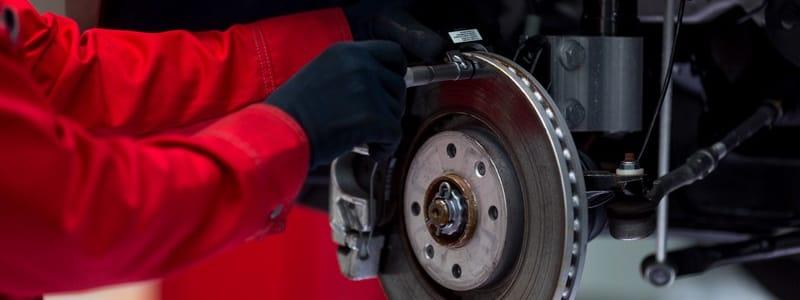Mécanicien effectuant un remplacement de freins
