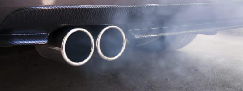 Fumée sortant du pot d'échappement d'une voiture