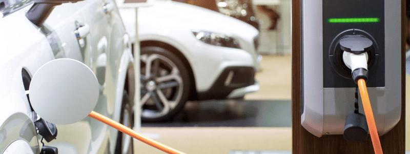 voiture électrique blanche en train de se recharger