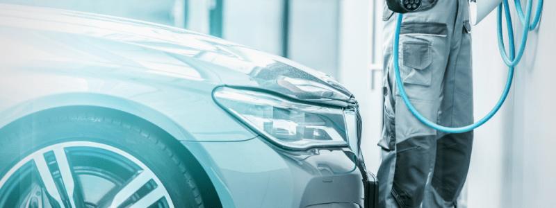 Mécanicien s'apprêtant à recharger une voiture hybride