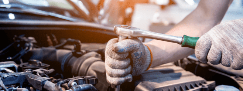 Mécanicien réparant le moteur d'une voiture
