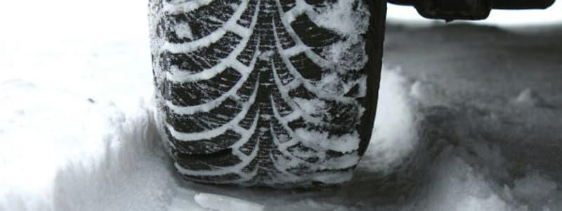 Vinterdäck på snötäckt väg