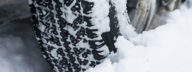 Bil med vinterdäck på vinterväglag