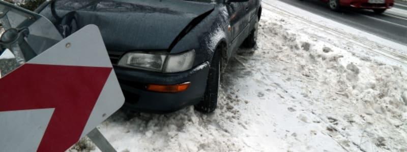 Bilolycka, vägskylt och snö