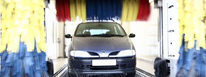 Bil i automatisk biltvätt