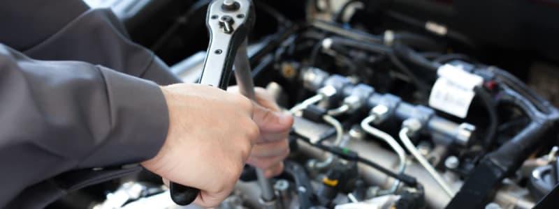 Mekaniker fixar motorn i en Toyota