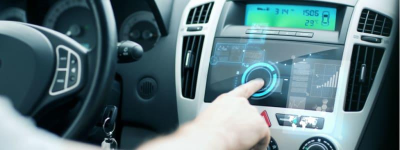Hand på luftkonditionering i bil