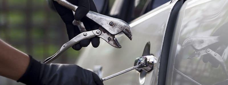 Inbrott i bil med verktyg