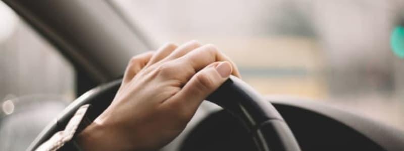 Bilägare med handen på rattet i en Toyota