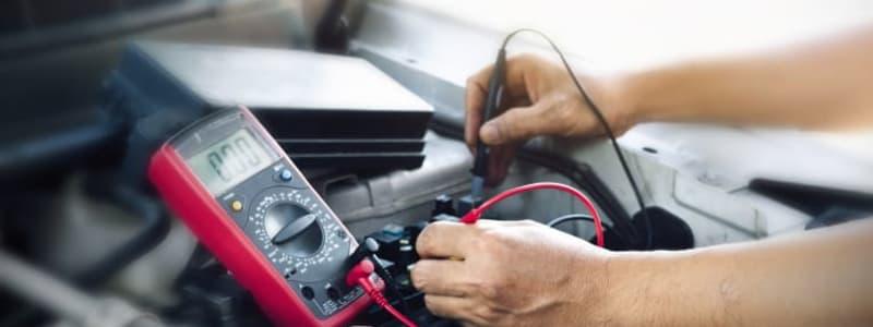 Mekaniker utför felsökning av elektroniken i en Volkswagen