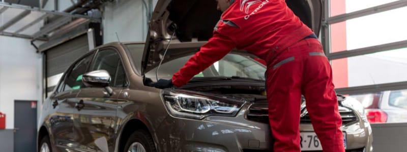 Mekaniker kontrollerar en Dacia under besiktning