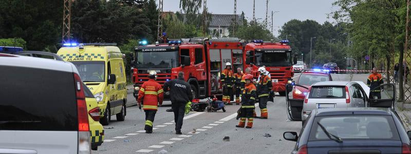 Ambulans, brandkår och bilar vid trafikolycka