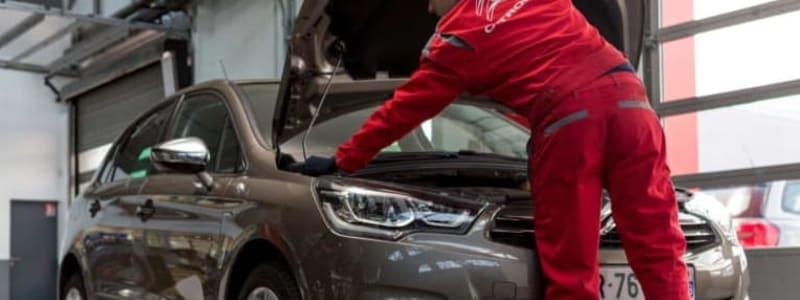 Mekaniker kontrollerar en Alfa Romeo inför besiktning