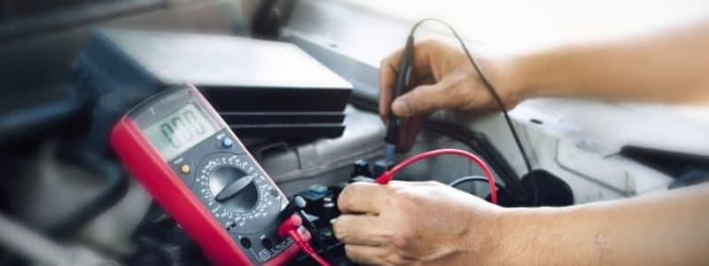Mekaniker mäter spänningen i BMW