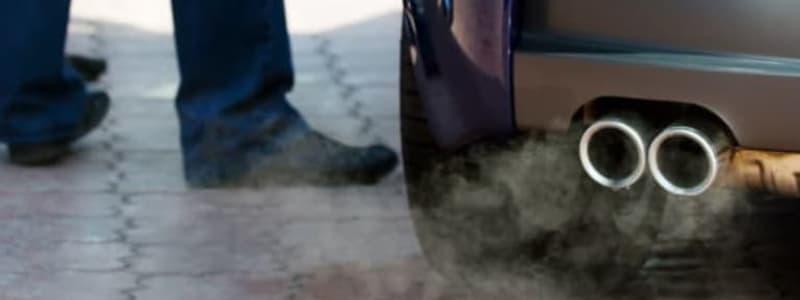 Rök från avgasrör på Škoda