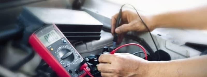 Mekaniker utför elarbete på Volvo