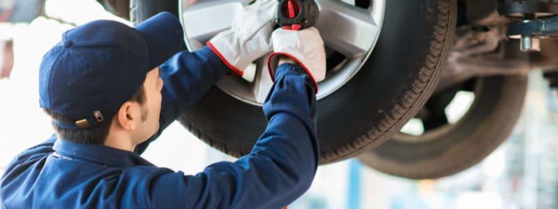 Mekaniker byter hjul på bil