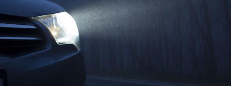 Strålkastare på bil som lyser i mörker