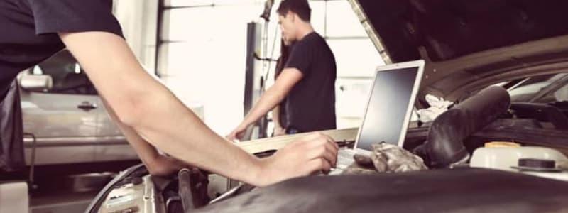 Mekaniker ställer diagnos av elektroniken i en Volvo