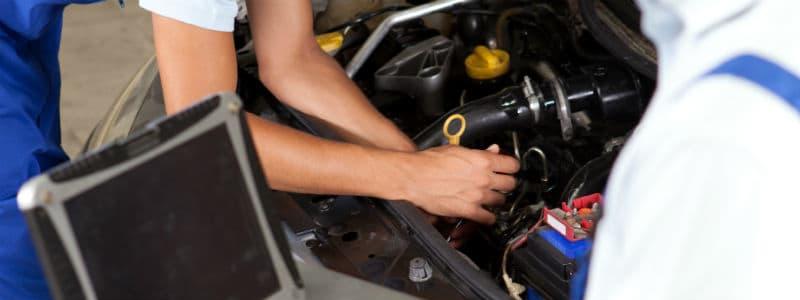 Mekaniker, dator och kontroll av bil