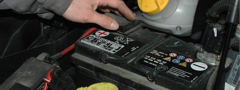 Mekaniker rör bilbatteri