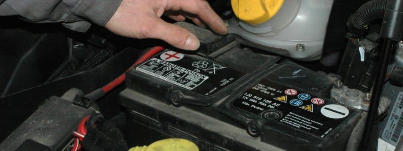 Hand över bilbatteri