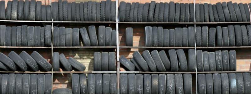 Förvarade bildäck på hyllor