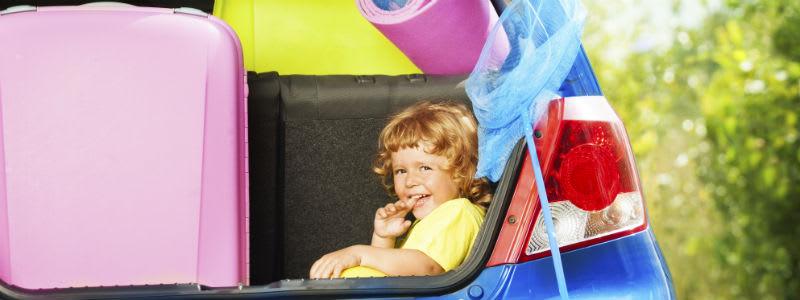 Packning och barn i baklucka