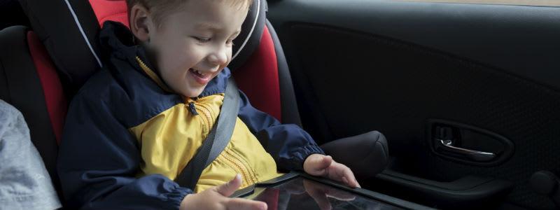 Barn leker i bilstol