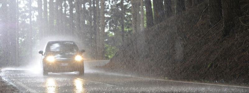 Bil på väg i regn