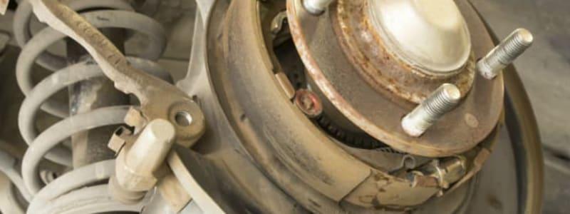 Fästplattor i bromssystem på bil