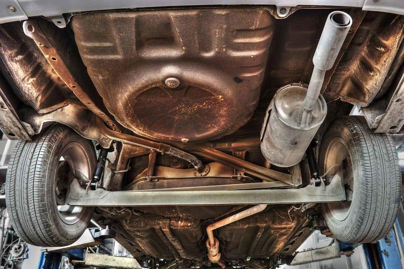 Undervognsbehandling: Billede af bil med rusten undervogn