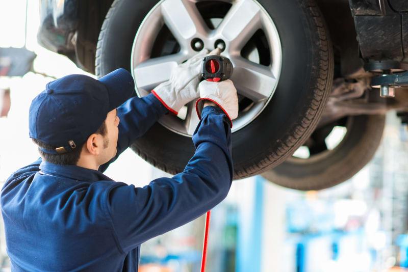 Mekaniker skifter hjul på bil